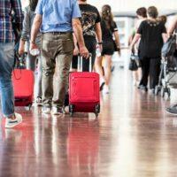 """""""Πλημμύρισε"""" τουρίστες το Ελευθέριος Βενιζέλος: 21.100 επιβάτες μόνο χθες με 55 διεθνείς πτήσεις"""