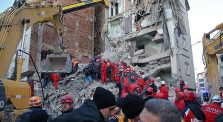 Τουρκία: Μεγαλώνει η λίστα των νεκρών – «Τρέμει» η χώρα από τους μετασεισμούς – Νέα βίντεο από τη στιγμή του σεισμού