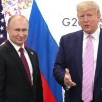 Εμβόλιο για τον κορωνοϊό: «Πόλεμος» Τραμπ-Πούτιν μετά το Sputnik V