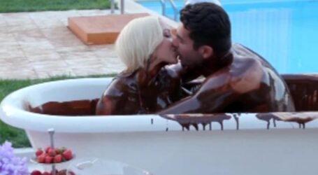 The Bachelor: Βούτηξαν στην σοκολάτα και αντάλλαξαν καυτά φιλιά