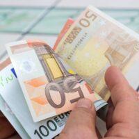 Εκτακτη ενίσχυση σε 482.000 ευάλωτους πολίτες, μέτρα στήριξης 3,3 δισ. ευρώ