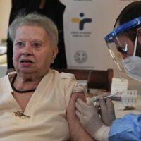 Αρχίζουν οι εμβολιασμοί για τους άνω των 85 - Οι ειδοποιήσεις με SMS και email – Βήμα βήμα η διαδικασία [εικόνες]