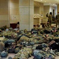 Live: Αδιανόητες εικόνες με στρατό στο Καπιτώλιο - Άρχισε η συζήτηση για την αποπομπή Τραμπ