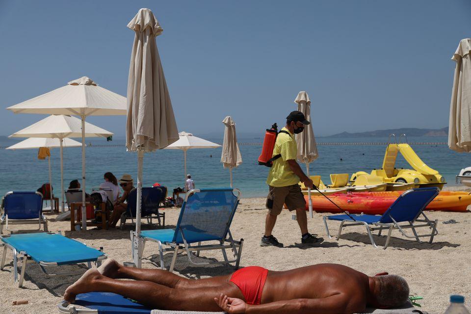 Εικόνες από το άνοιγμα των οργανωμένων παραλιών σε Αθήνα και