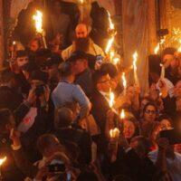 Άγιο Φως: Δέος και κατάνυξη στην τελετή αφής στα Ιεροσόλυμα - Στις 18:30 αναμένεται η άφιξη στην Αθήνα [εικόνες]